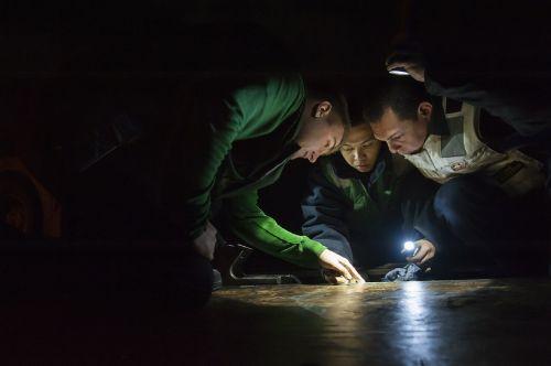 working maintenance sailors