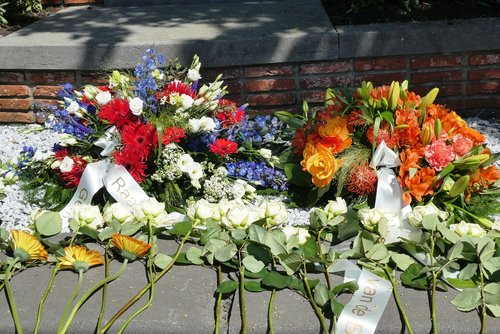 wreath  4 may  remembrance day