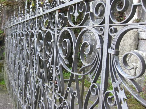 wrought iron fence schmie­de­ei­sern