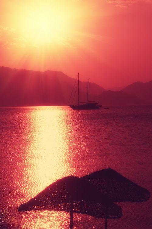 yacht sun red
