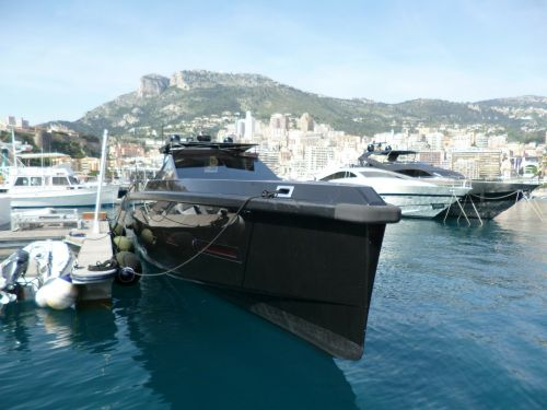 yacht suitable for offshore shipping