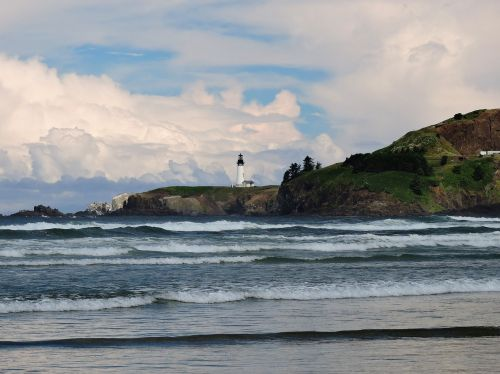 yaquina head lighthouse waves