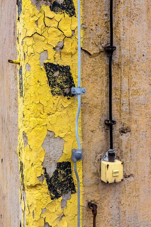 yellow  black  wall