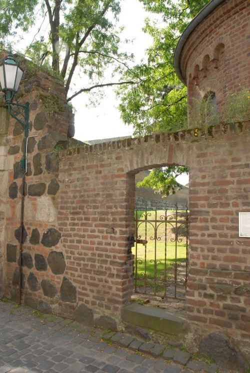 zons old town wall