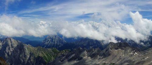 zugspitze,kalnų panorama,debesys,debesų juostos,dangus,mėlynas,aukščiausių kalnų,Vokietija,panorama,labai aukštai,kalnas,saulė,vasara,šventė,laisvalaikis,šeimos atostogos,Kelionės tikslas